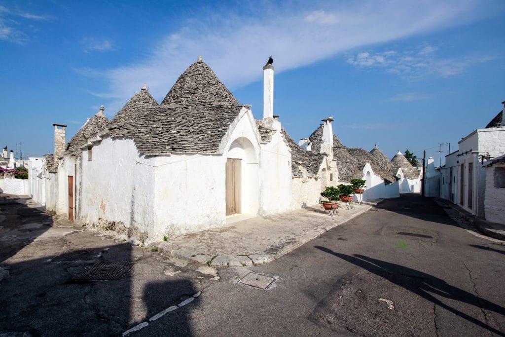 Vista di un gruppo di trulli con la loro tradizionale impostazione architettonica (Aja Piccola)