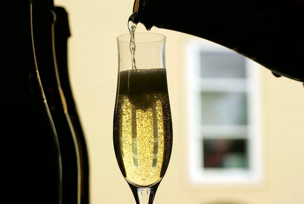 Bicchiere di prosecco dal classico colore giallo paglierino