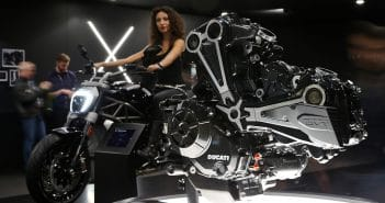 Motere ducati in primo piano e ragazza in sella a una moto in secondo piano, EICMA 2015