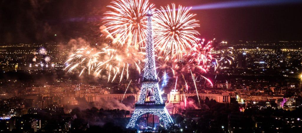 feu d'artifice du 14 juillet 2013 sur le sites de la Tour Eiffel et du Trocadéro à Paris vu de la Tour Montparnasse - Fireworks on Eiffel Tower