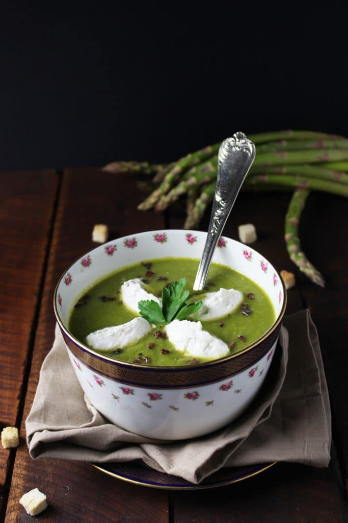 vellutata di asparagi con quenelle di ricotta